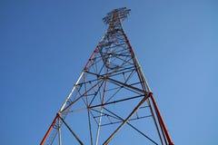 Alta antenna di televisione su un fondo del cielo blu Immagine Stock Libera da Diritti