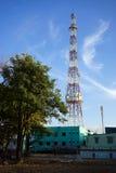 Alta antenna e grande albero Immagini Stock Libere da Diritti