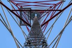 Alta, antenna metallica Costruzione con la scala da completare Fotografia Stock