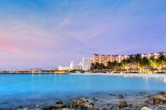 Alta area dell'hotel di aumento in Aruba al crepuscolo Immagini Stock