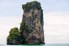 alta bella scogliera, sporgente dal mare in un posto turistico Fotografia Stock Libera da Diritti