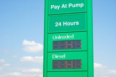 Alta benzina e prezzi diesel ad una stazione di servizio Fotografie Stock