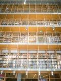 Alta biblioteca Muchos libros de abajo a rematar imagen de archivo