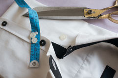 Alta camicia bianca chiave con nastro adesivo di misurazione Immagini Stock Libere da Diritti