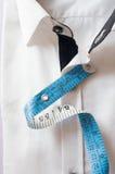 Alta camicia bianca chiave con nastro adesivo di misurazione Immagine Stock Libera da Diritti