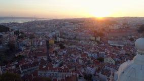 Alta cantidad superior de Lisboa en la puesta del sol metrajes