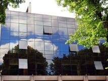 Alta casa con le finestre dello specchio, Lituania Fotografie Stock