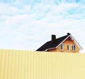Alta casa de la cerca, cabaña del ladrillo Fotos de archivo libres de regalías