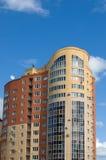 Alta casa de varios pisos de ladrillos rojos y amarillos Imagen de archivo libre de regalías