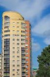 Alta casa de varios pisos de ladrillos rojos y amarillos Foto de archivo