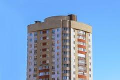 Alta casa multipiana nella città contro il cielo blu Fotografie Stock Libere da Diritti