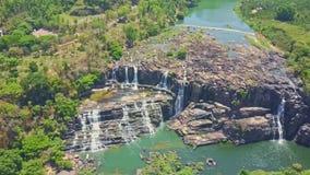 Alta cascada de las cascadas de la opinión de Arial entre las montañas de la selva