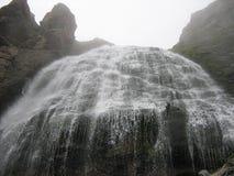 Alta cascada que fluye pintoresca imagenes de archivo