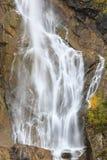 Alta cascata ad una scogliera Immagini Stock Libere da Diritti