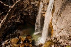 Alta cascata che sfocia nel fiume in Georgia Canyon di Martvili Canyon di Okatse Fotografia Stock Libera da Diritti