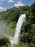 Alta cascata con il Rainbow Immagine Stock