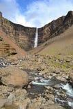 Alta cascata della montagna islandese sotto il sole Immagine Stock Libera da Diritti