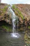 Alta cascata della montagna islandese sotto il sole Fotografia Stock Libera da Diritti