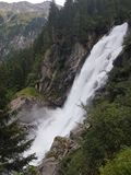Alta cascata di Krimml dell'austriaco che entra nell'intensità misteriosa fotografia stock