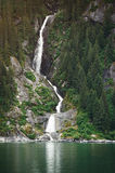 Alta cascata in fiordi d'Alasca Fotografia Stock Libera da Diritti