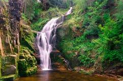 Alta cascata Kamienczyk vicino alla città Sklarska Poreba Fotografie Stock