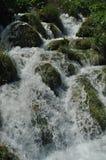 Alta cascata, l'acqua che scorre dalle rocce nel lago Laghi Plitvice della sosta nazionale Immagine Stock Libera da Diritti