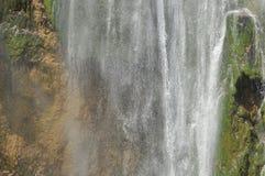 Alta cascata, l'acqua che scorre dalle rocce nel lago Laghi Plitvice della sosta nazionale Immagine Stock