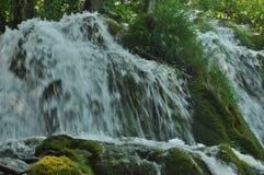 Alta cascata, l'acqua che scorre dalle rocce nel lago Laghi Plitvice della sosta nazionale Fotografie Stock