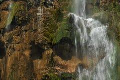Alta cascata, l'acqua che scorre dalle rocce nel lago Laghi Plitvice della sosta nazionale turismo Fotografia Stock Libera da Diritti