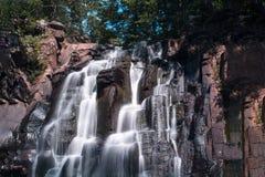 Alta cascata nel selvaggio Vista dal basso Fotografia Stock