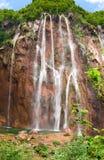 Alta cascata nelle montagne Fotografie Stock