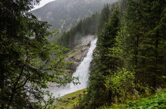 Alta cascata nelle montagne Immagini Stock Libere da Diritti
