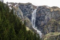 Alta cascata nelle montagne Fotografia Stock