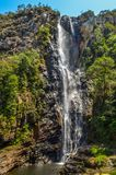 Alta cascata vicino ad un piccolo villaggio nel Brasile Immagine Stock Libera da Diritti