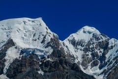 Alta catena montuosa della neve nella regione di Tian Shan Immagine Stock