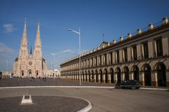 Alta cattedrale nella città Immagini Stock