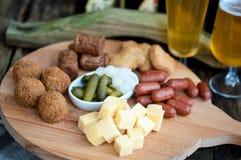 Alta cerveza una variedad de aperitivos para el día de fiesta Fotografía de archivo