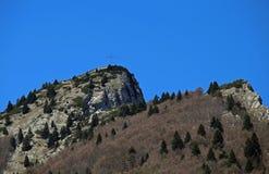 alta cima della montagna con l'incrocio Immagine Stock