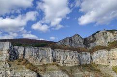 Alta cima due delle rocce di Lakatnik con il monumento e l'incrocio, sfilata del fiume di Iskar, provincia di Sofia Fotografie Stock Libere da Diritti