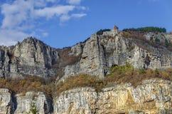 Alta cima due delle rocce di Lakatnik con il monumento e l'incrocio, sfilata del fiume di Iskar, provincia di Sofia Fotografia Stock