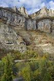 Alta cima due delle rocce di Lakatnik con il monumento e l'incrocio, sfilata del fiume di Iskar, provincia di Sofia Fotografia Stock Libera da Diritti