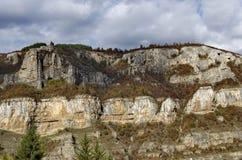 Alta cima due delle rocce di Lakatnik con il monumento ed il ricevitore, sfilata del fiume di Iskar, provincia di Sofia Immagine Stock