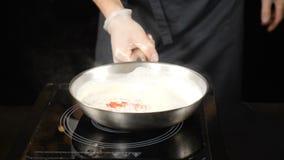 Alta cocina Cocinero en restaurante que cocina la salsa deliciosa en la cacerola Cámara lenta HD almacen de video