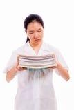Alta colegiala china que sostiene la pila de libros Imagen de archivo