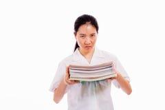 Alta colegiala china que sostiene la pila de libros Fotos de archivo