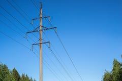 Alta columna de ayuda concreta de una línea eléctrica Imagenes de archivo