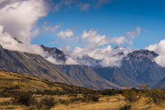 Alta cordillera alrededor de la roca media de la tierra, Nueva Zelanda Foto de archivo libre de regalías