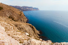 Alta costa pietrosa al mare blu profondo Fotografia Stock Libera da Diritti