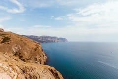 Alta costa pietrosa al mare blu profondo Immagini Stock Libere da Diritti