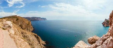 Alta costa pietrosa al mare blu profondo Fotografie Stock Libere da Diritti